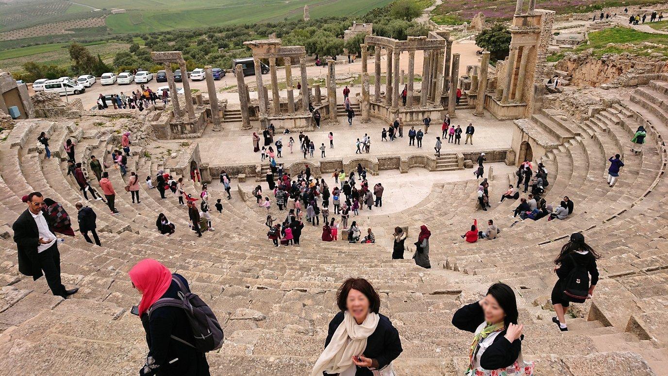 チュニジアのドゥッガ遺跡の劇場跡にて上に登ります6