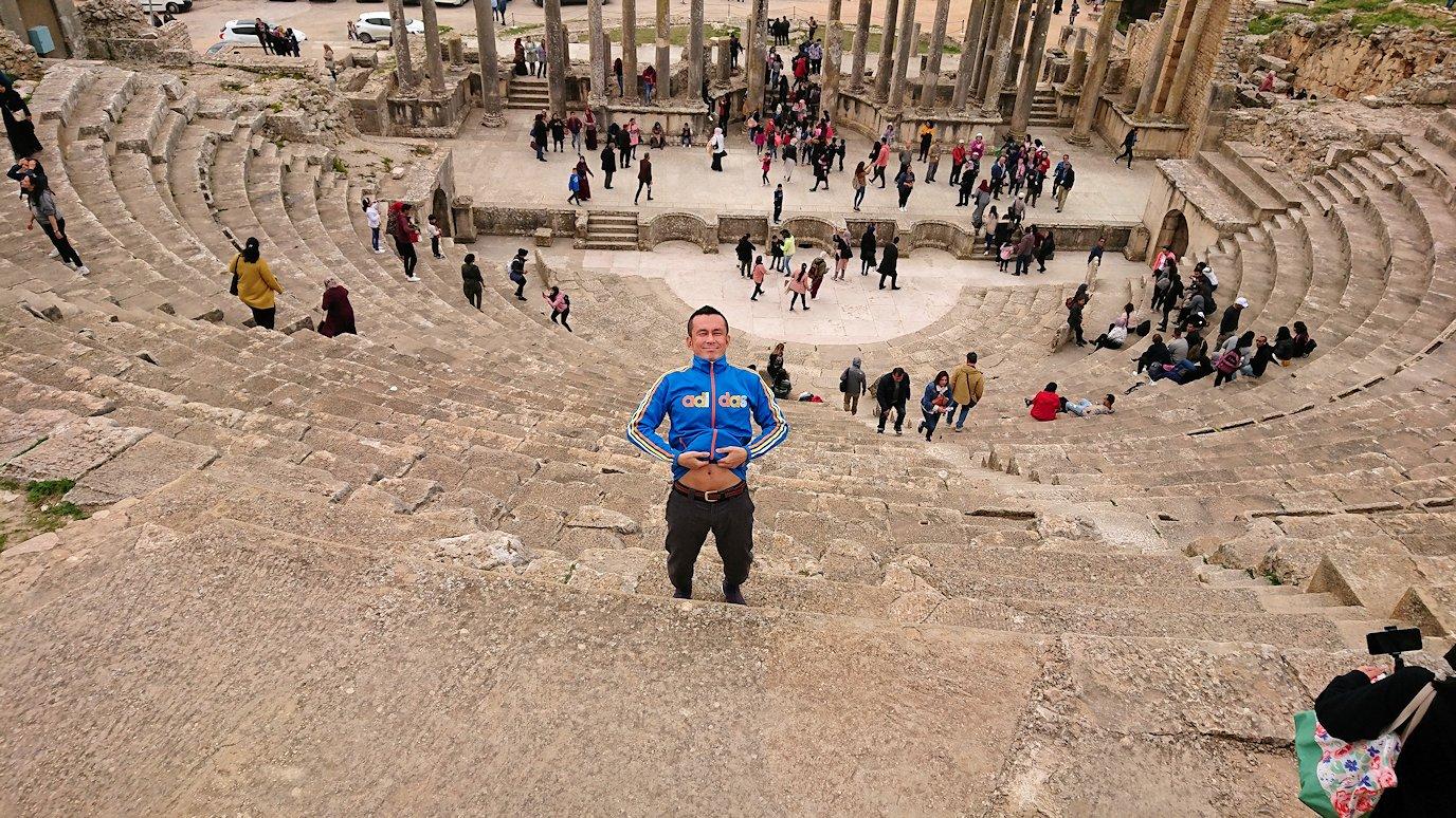 チュニジアのドゥッガ遺跡の劇場跡にて上に登ります10