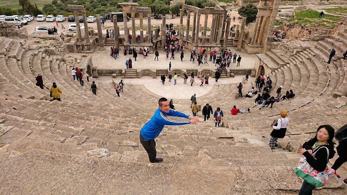 チュニジアのドゥッガ遺跡の劇場跡にて上に登ります11