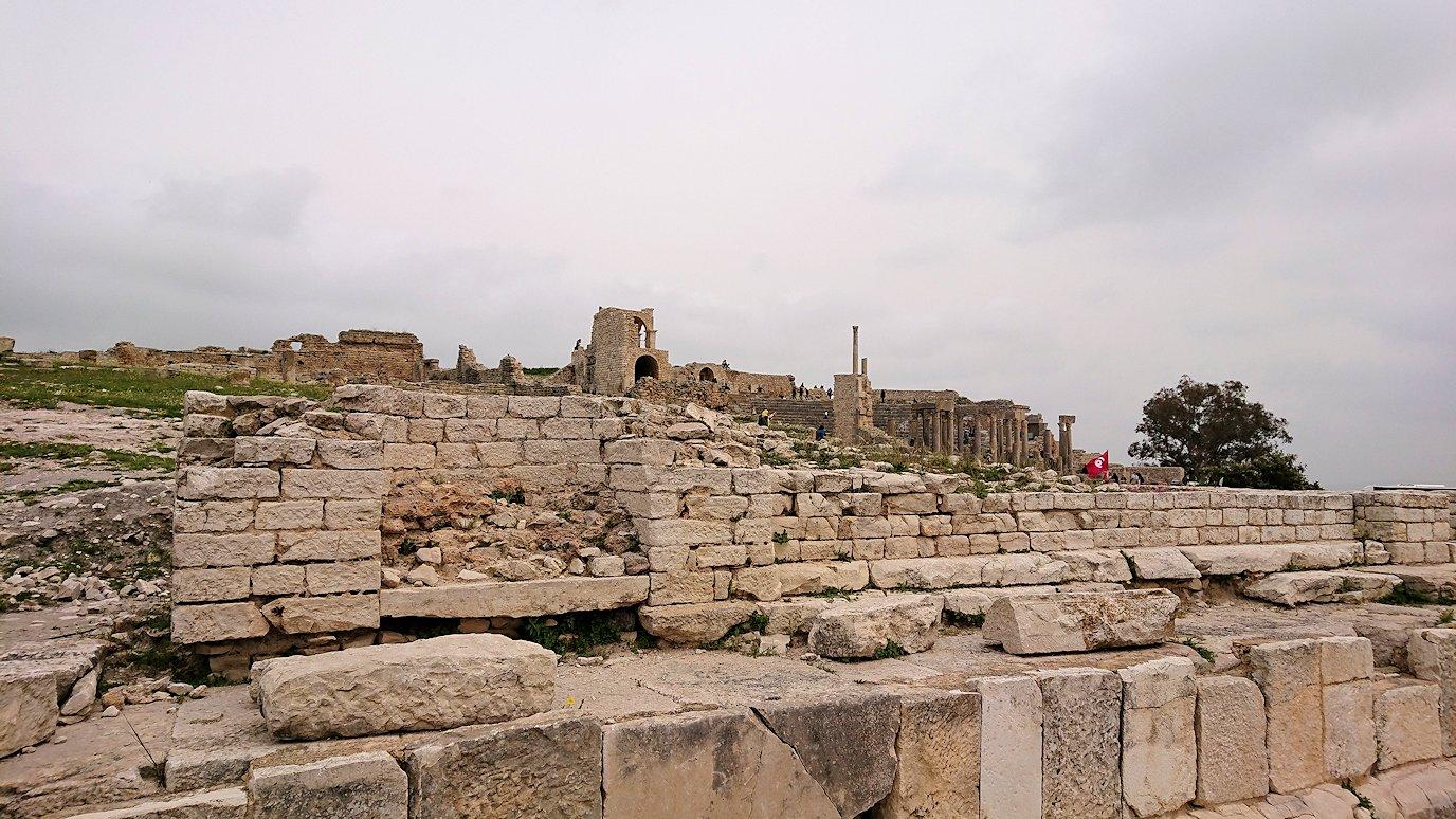 チュニジアのドゥッガ遺跡で奥に進みます1