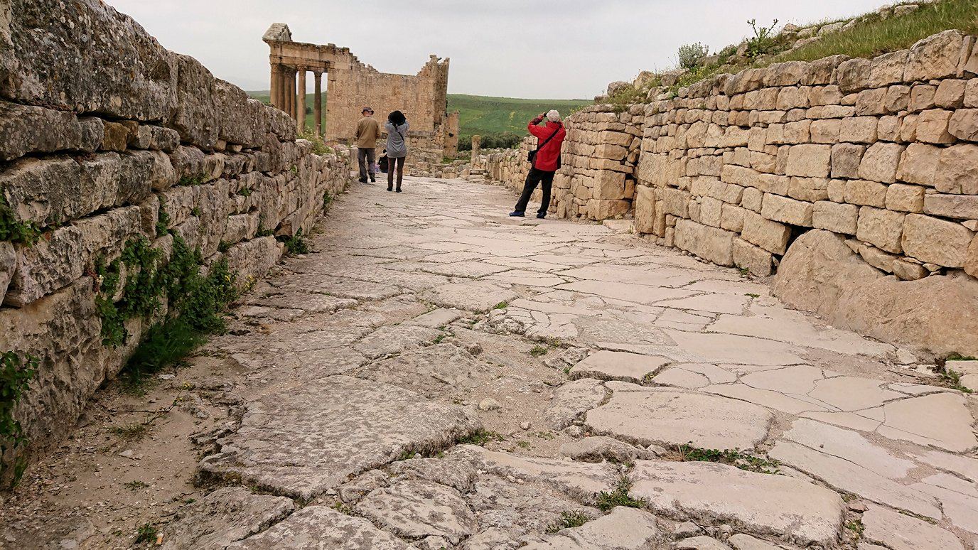 チュニジアのドゥッガ遺跡で奥に進みます5
