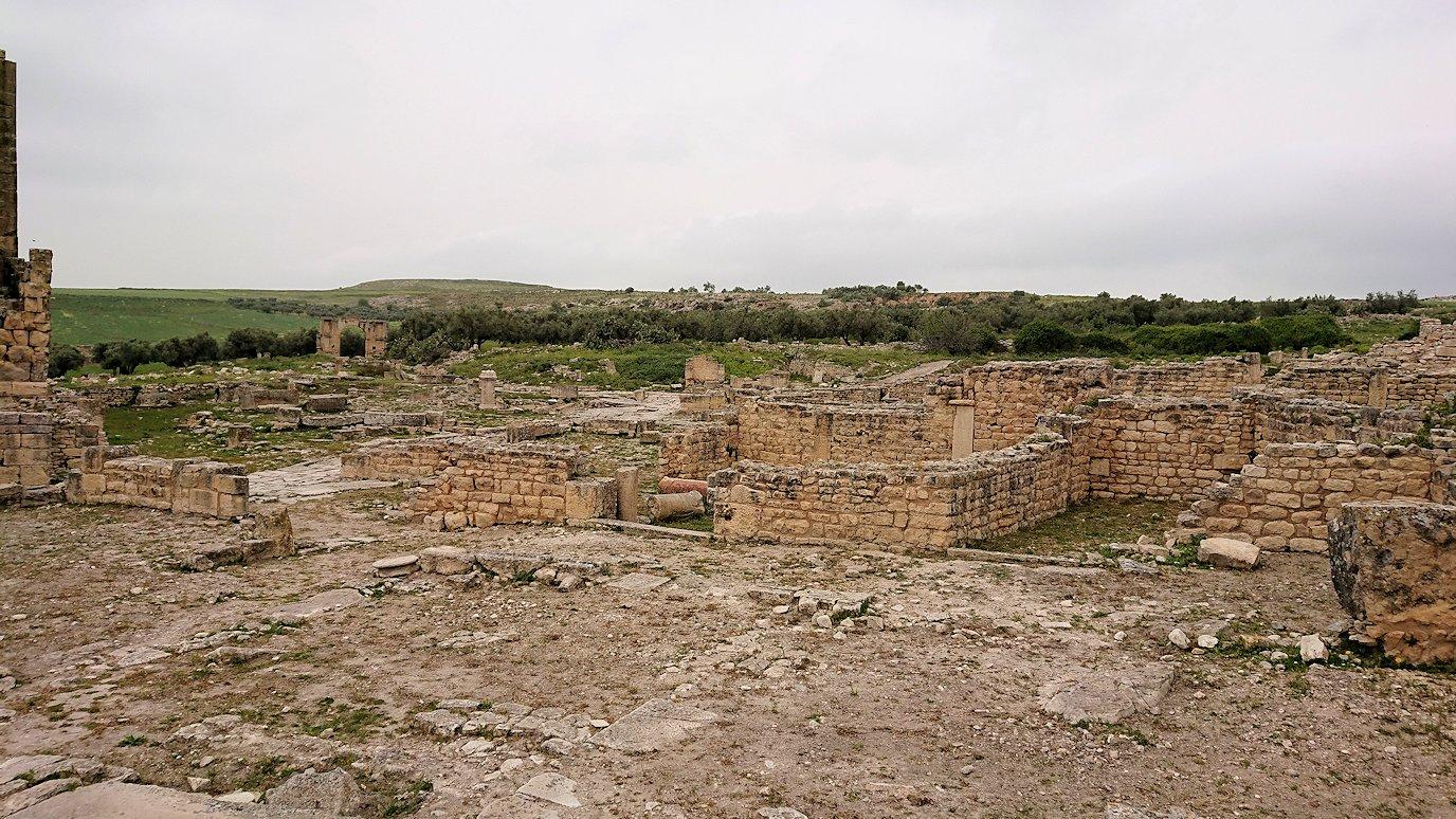 チュニジアのドゥッガ遺跡で奥に進んだ風の広場にて3