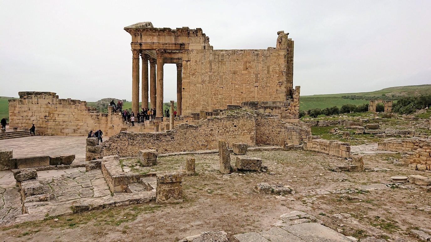 チュニジアのドゥッガ遺跡で奥に進んだ風の広場にて4