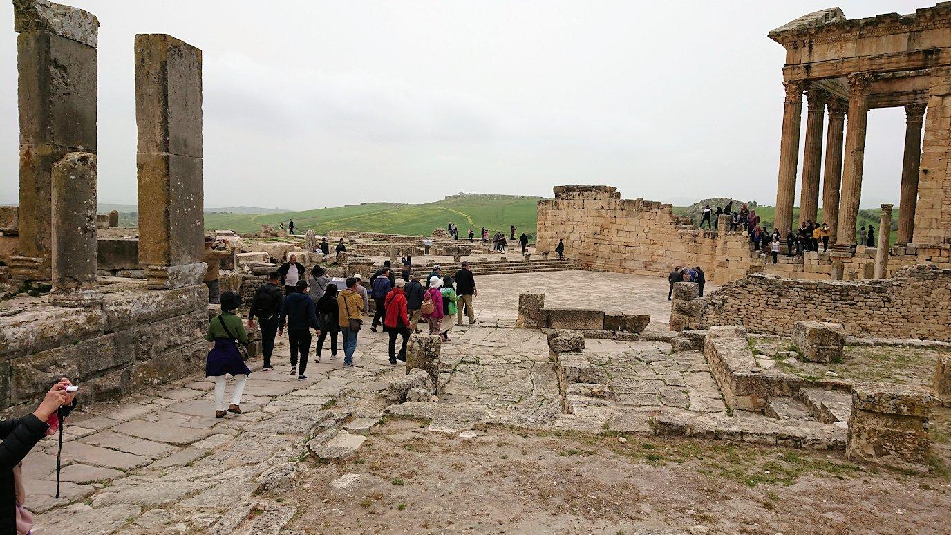 チュニジアのドゥッガ遺跡で奥に進んだ風の広場にて5