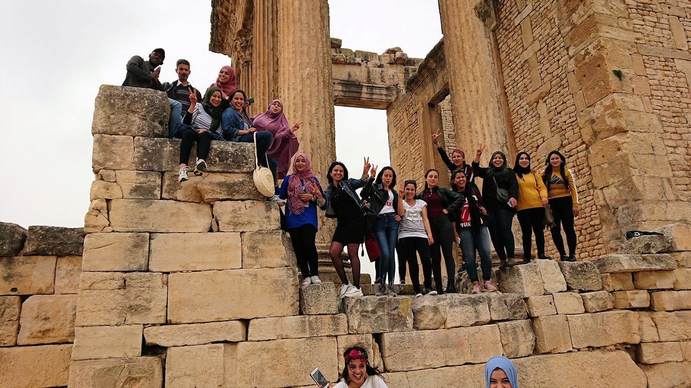 チュニジアのドゥッガ遺跡で奥に進んだ神殿前で記念撮影