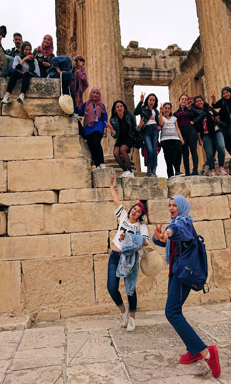 チュニジアのドゥッガ遺跡で奥に進んだ神殿前で記念撮影1