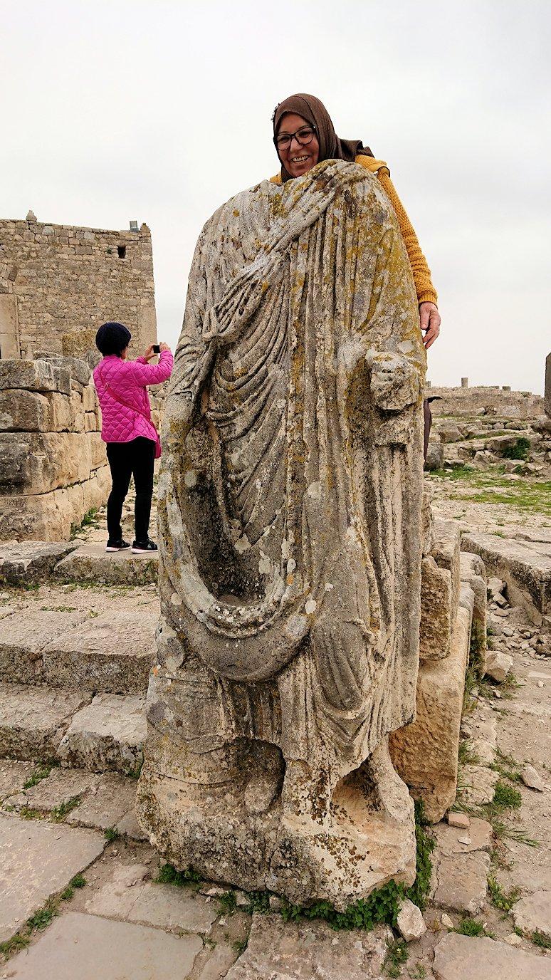 チュニジアのドゥッガ遺跡で奥に進んだ神殿前で記念撮影2
