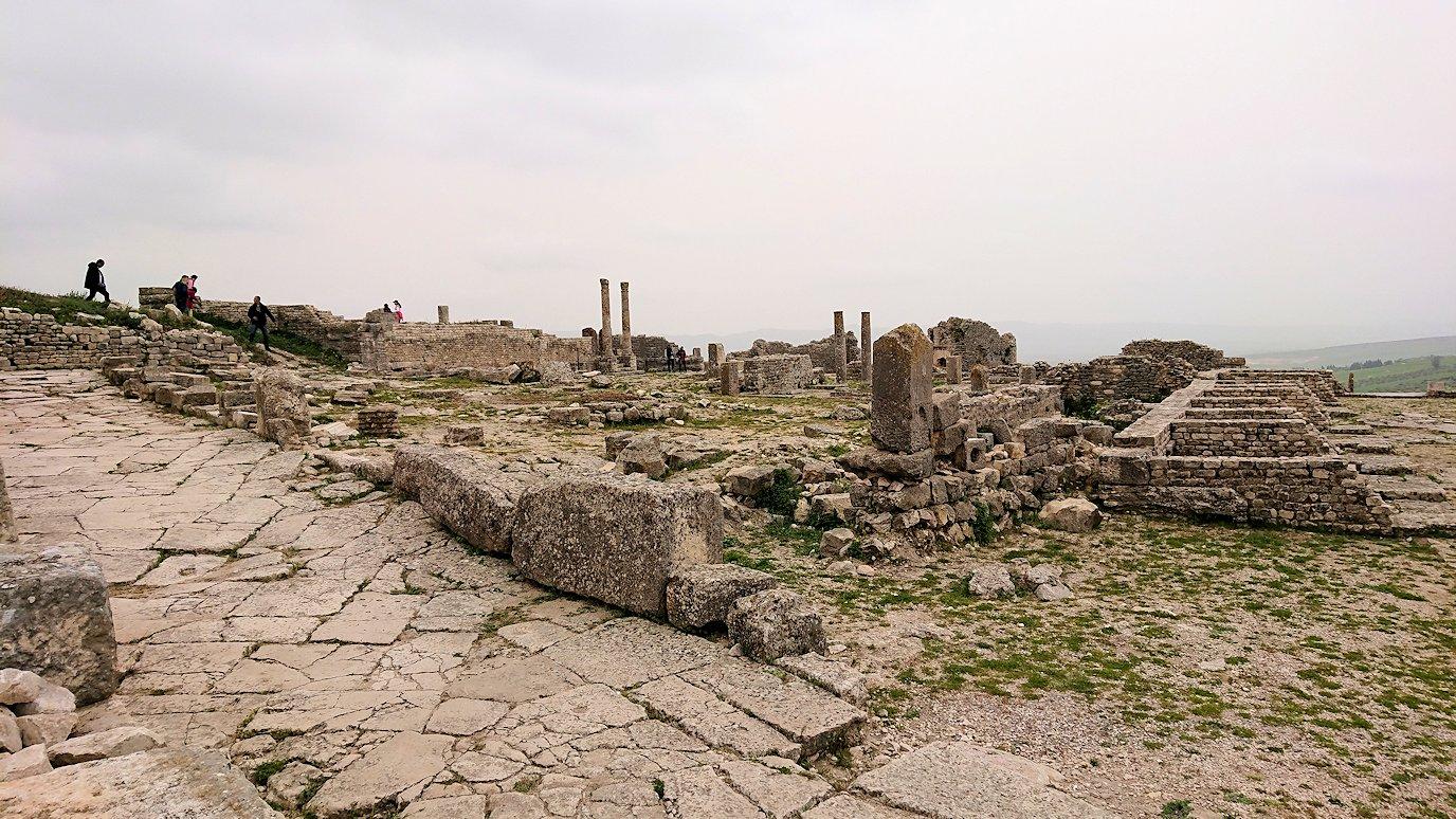 チュニジアのドゥッガ遺跡で奥に進んだ神殿前で記念撮影4
