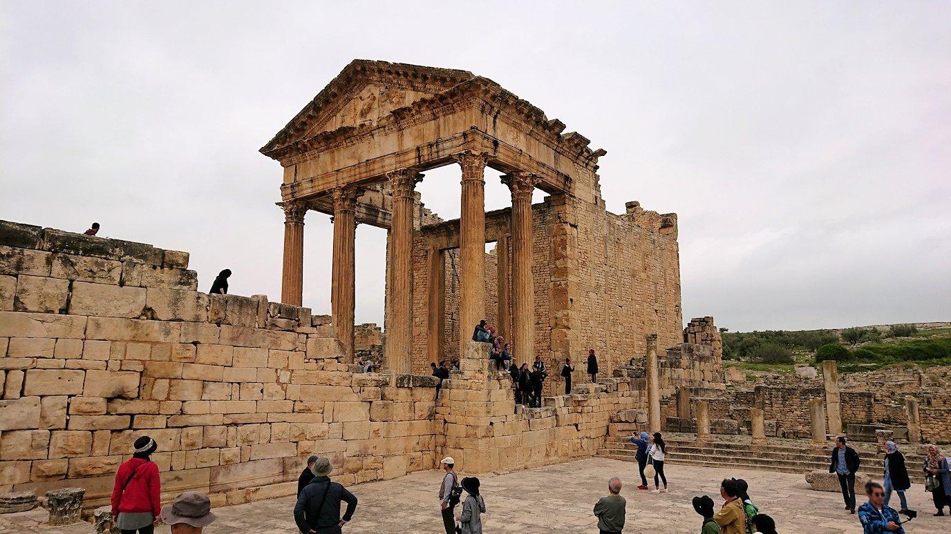 チュニジアのドゥッガ遺跡で奥に進んだ神殿前で記念撮影5