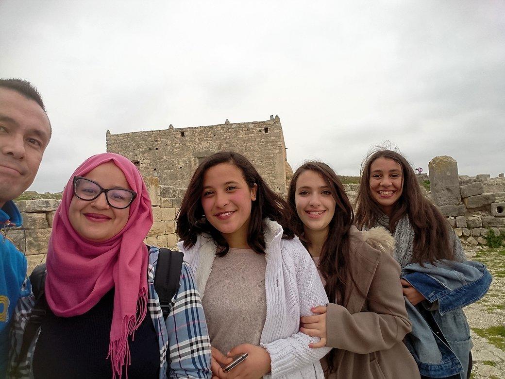 チュニジアのドゥッガ遺跡で奥に進んだ神殿前で記念撮影6