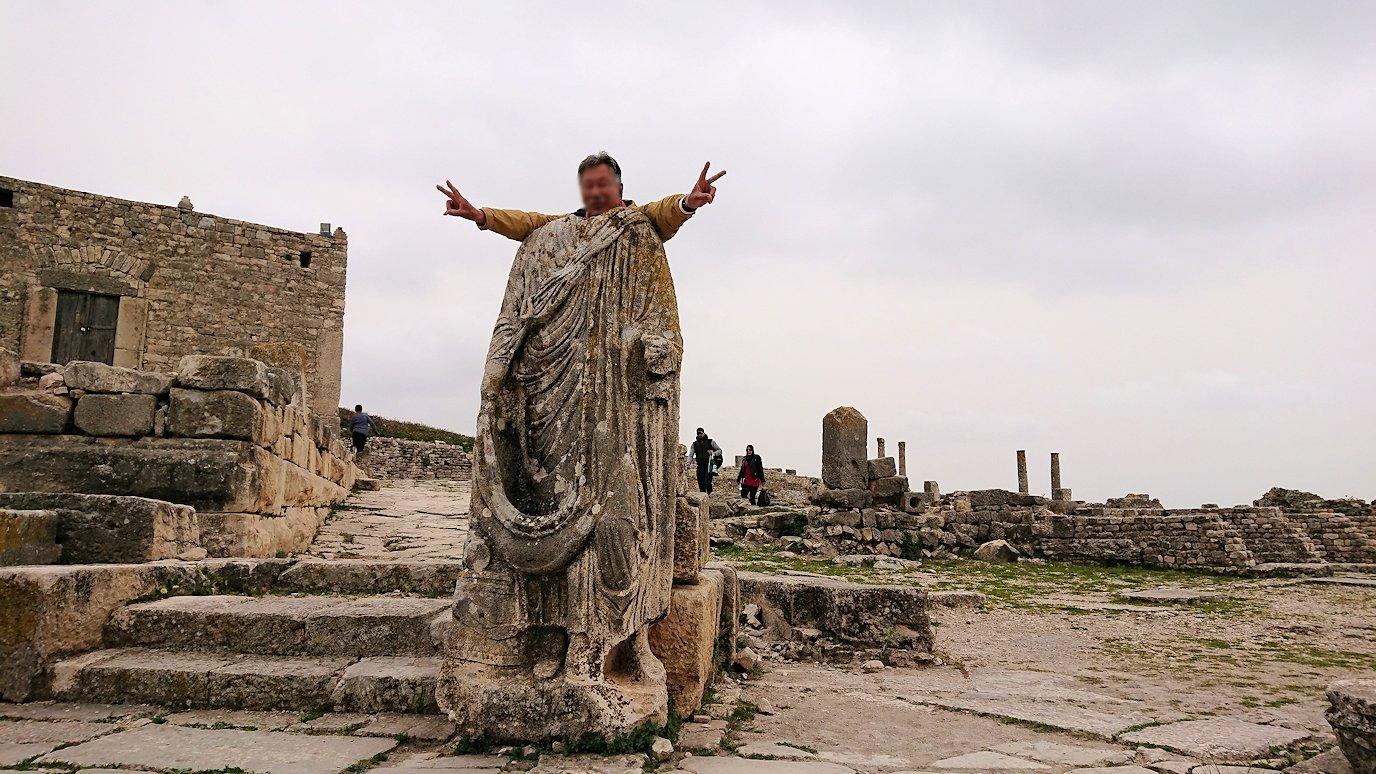 チュニジアのドゥッガ遺跡で奥に進んだ神殿前で記念撮影7