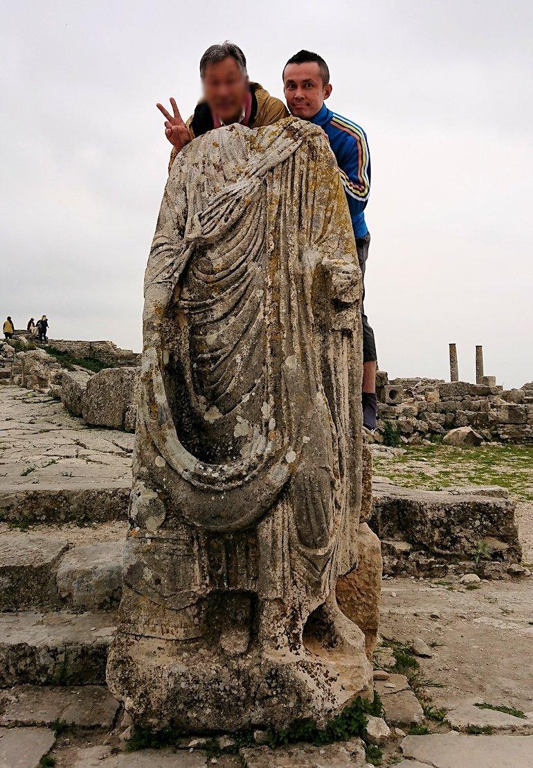 チュニジアのドゥッガ遺跡で奥に進んだ神殿前で記念撮影8