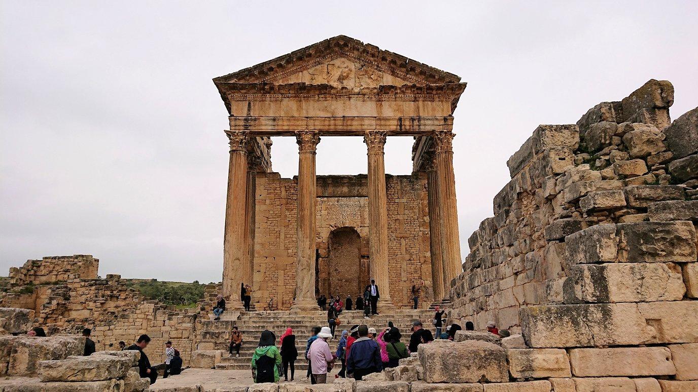 チュニジアのドゥッガ遺跡で奥に進んだ神殿前で記念撮影9