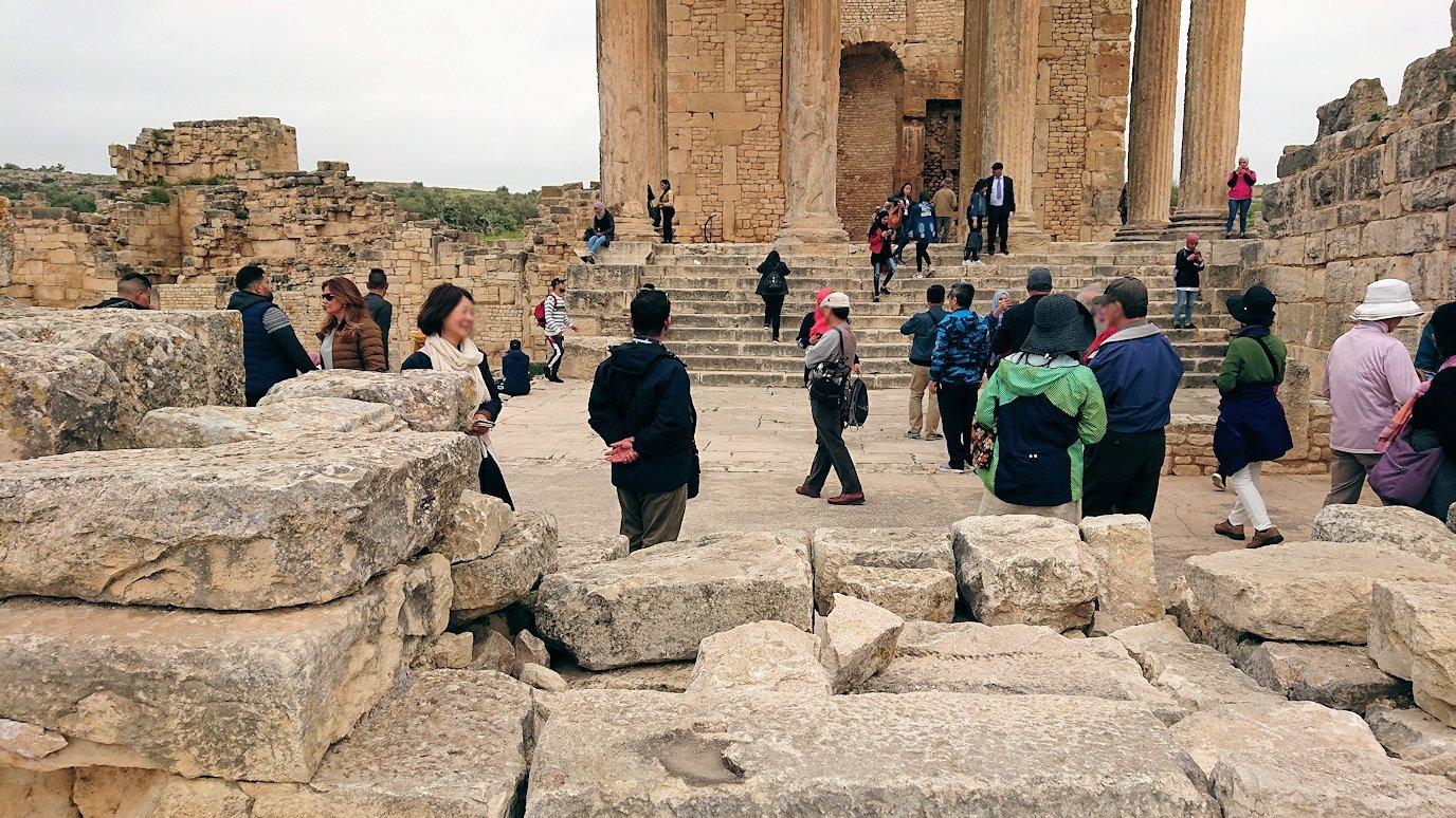 チュニジアのドゥッガ遺跡で奥に進んだ神殿の前に辿り着く