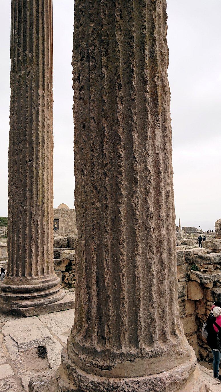 チュニジアのドゥッガ遺跡で奥に進んだ神殿の前に辿り着く1