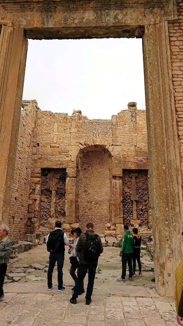 チュニジアのドゥッガ遺跡で奥に進んだ神殿の前に辿り着く2