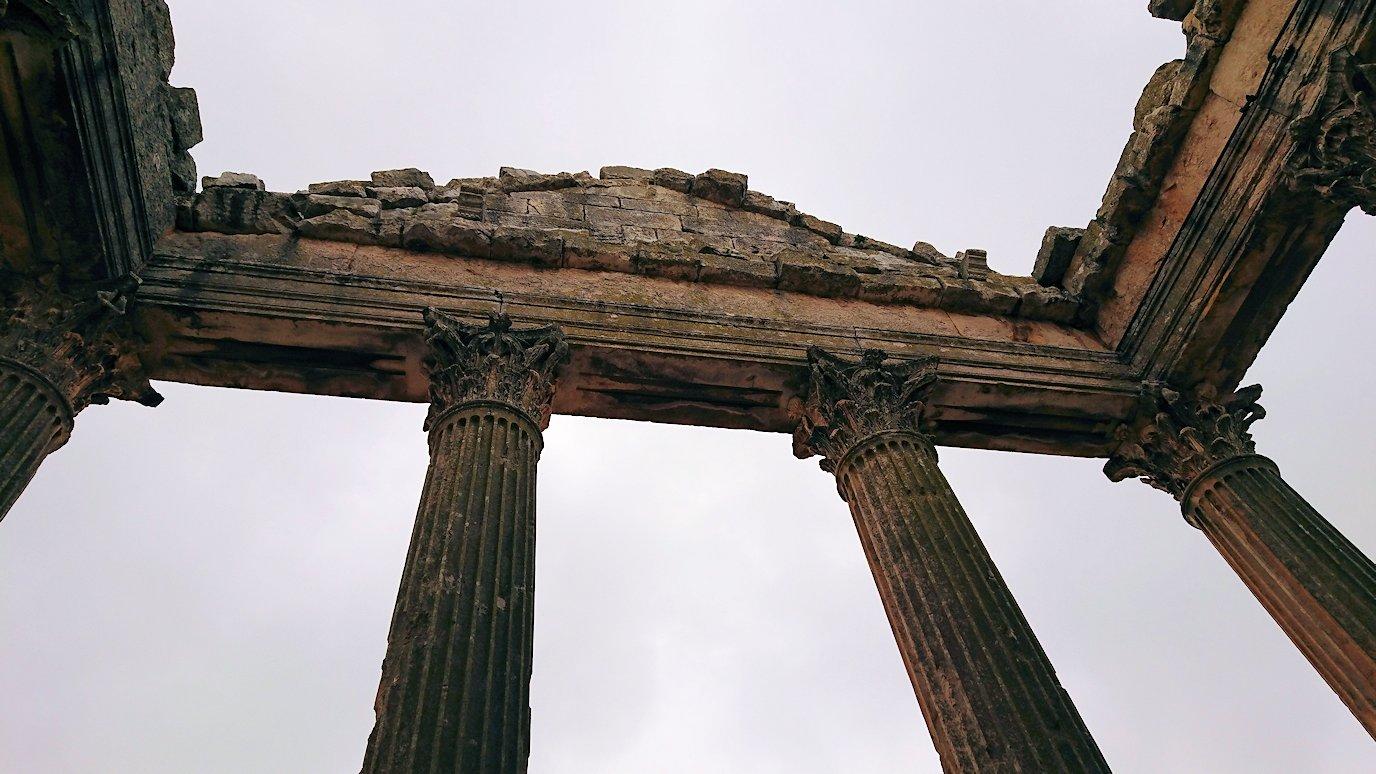 チュニジアのドゥッガ遺跡で奥に進んだ神殿の前に辿り着く3