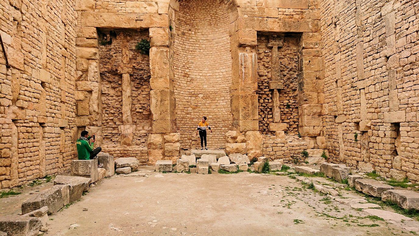 チュニジアのドゥッガ遺跡で奥に進んだ神殿の前に辿り着く4