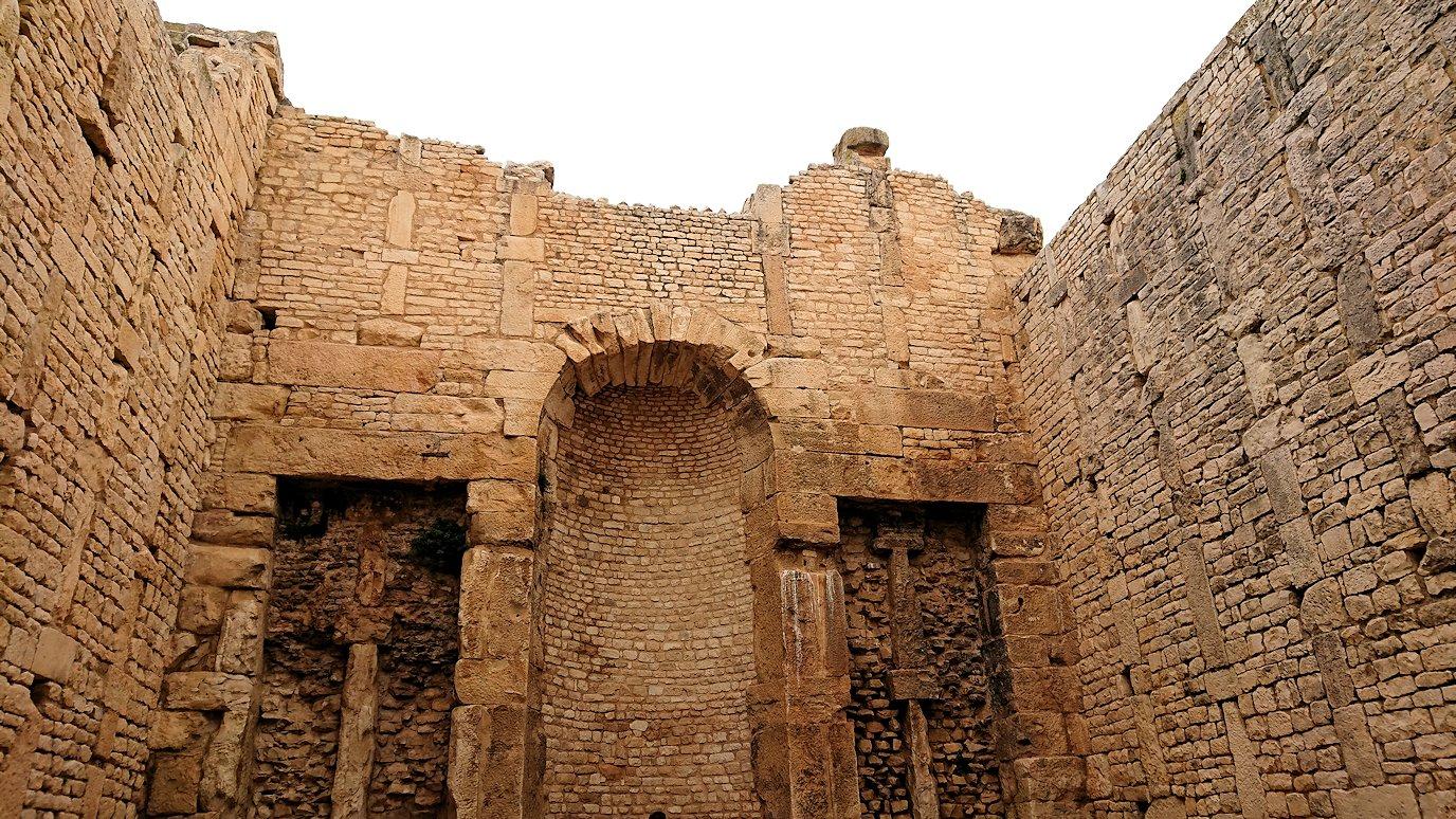 チュニジアのドゥッガ遺跡で奥に進んだ神殿の前に辿り着く5