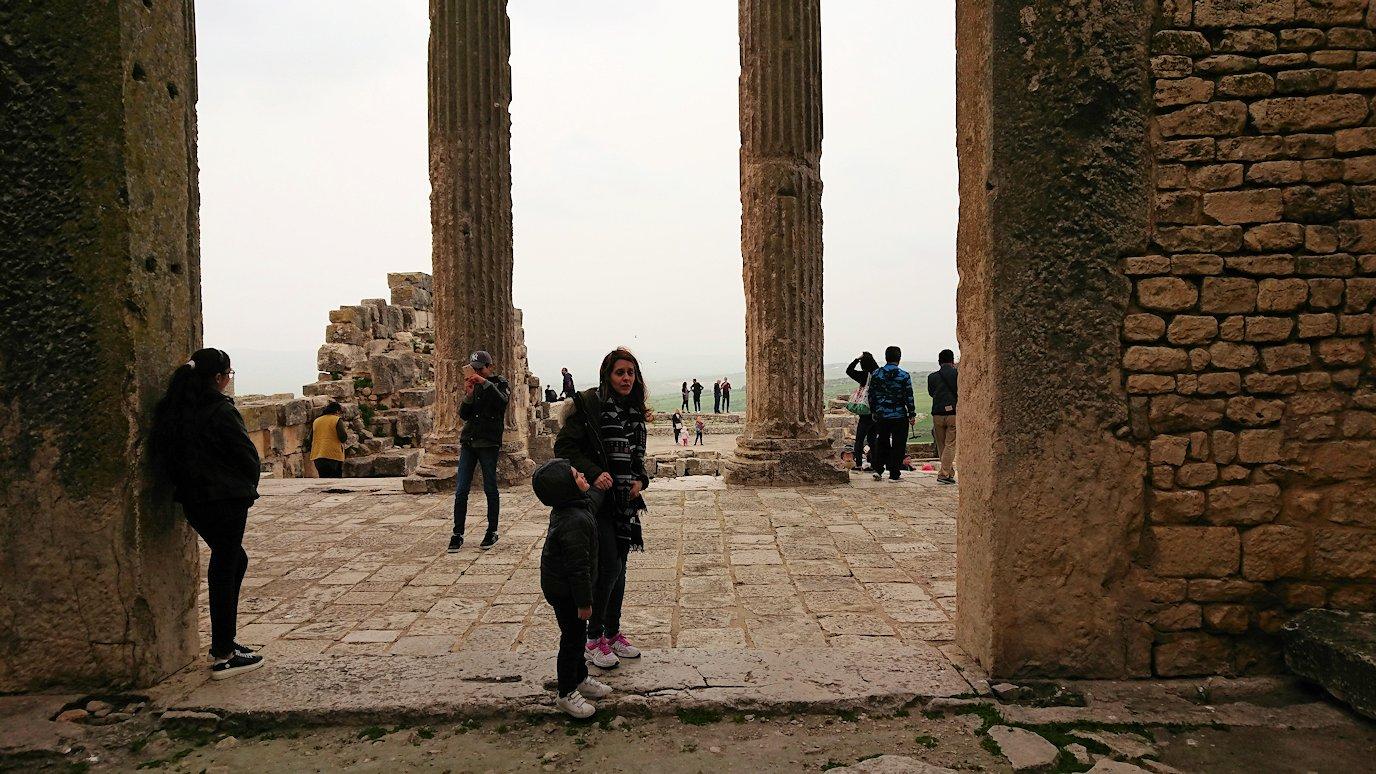チュニジアのドゥッガ遺跡で奥に進んだ神殿の前に辿り着く6