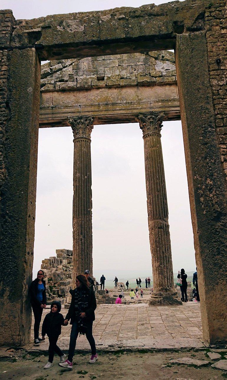 チュニジアのドゥッガ遺跡で奥に進んだ神殿の前に辿り着く7