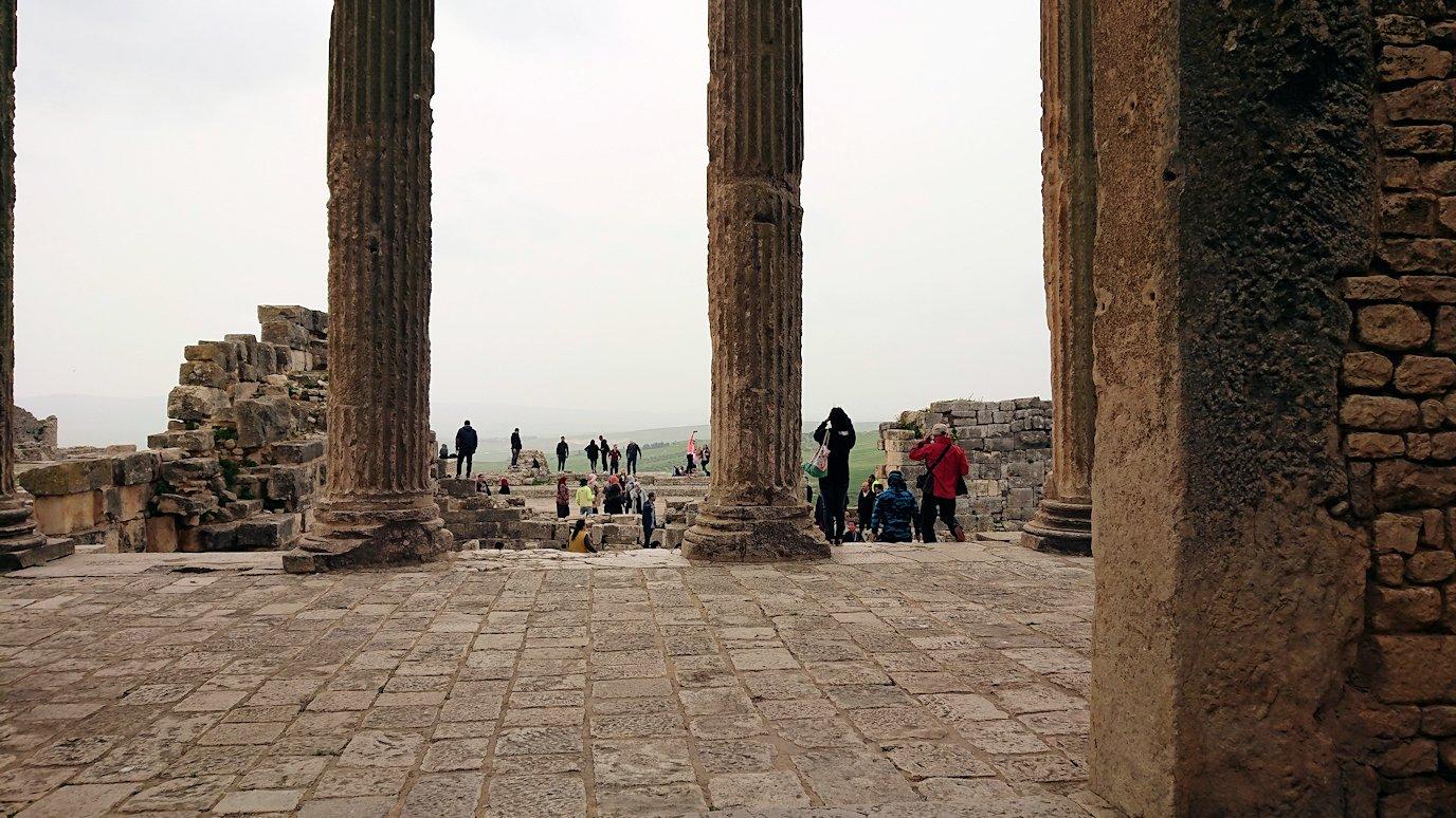 チュニジアのドゥッガ遺跡で奥に進んだ神殿の前に辿り着く8