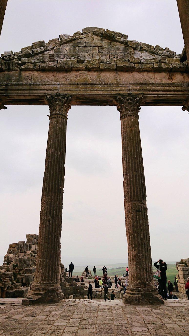 チュニジアのドゥッガ遺跡で奥に進んだ神殿の前に辿り着く9