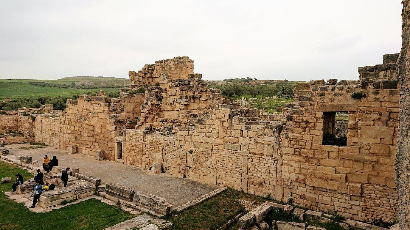 チュニジアのドゥッガ遺跡で奥に進んだ神殿近くで写真を撮る