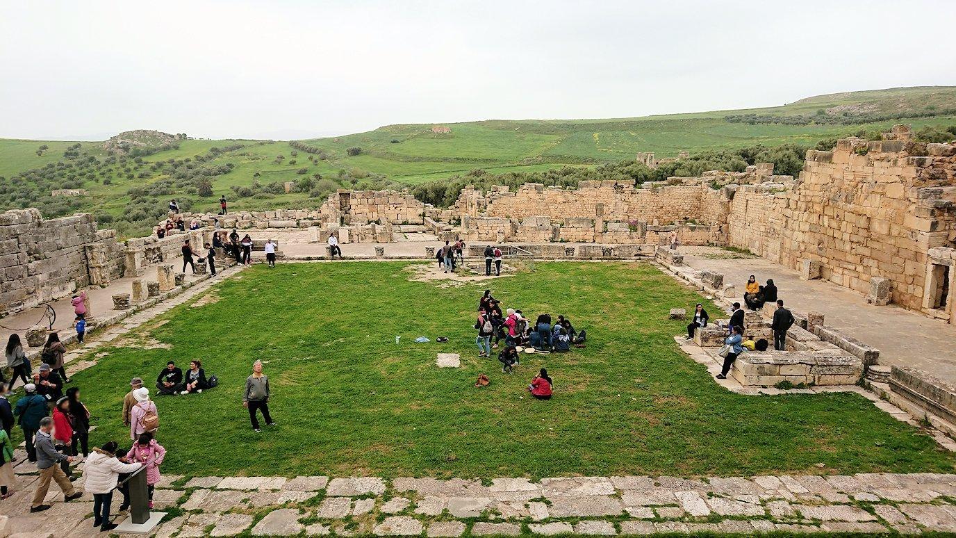チュニジアのドゥッガ遺跡で奥に進んだ神殿近くで写真を撮る1
