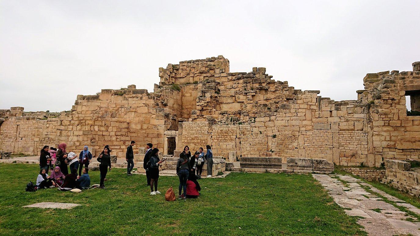 チュニジアのドゥッガ遺跡で奥に進んだ神殿近くで写真を撮る2