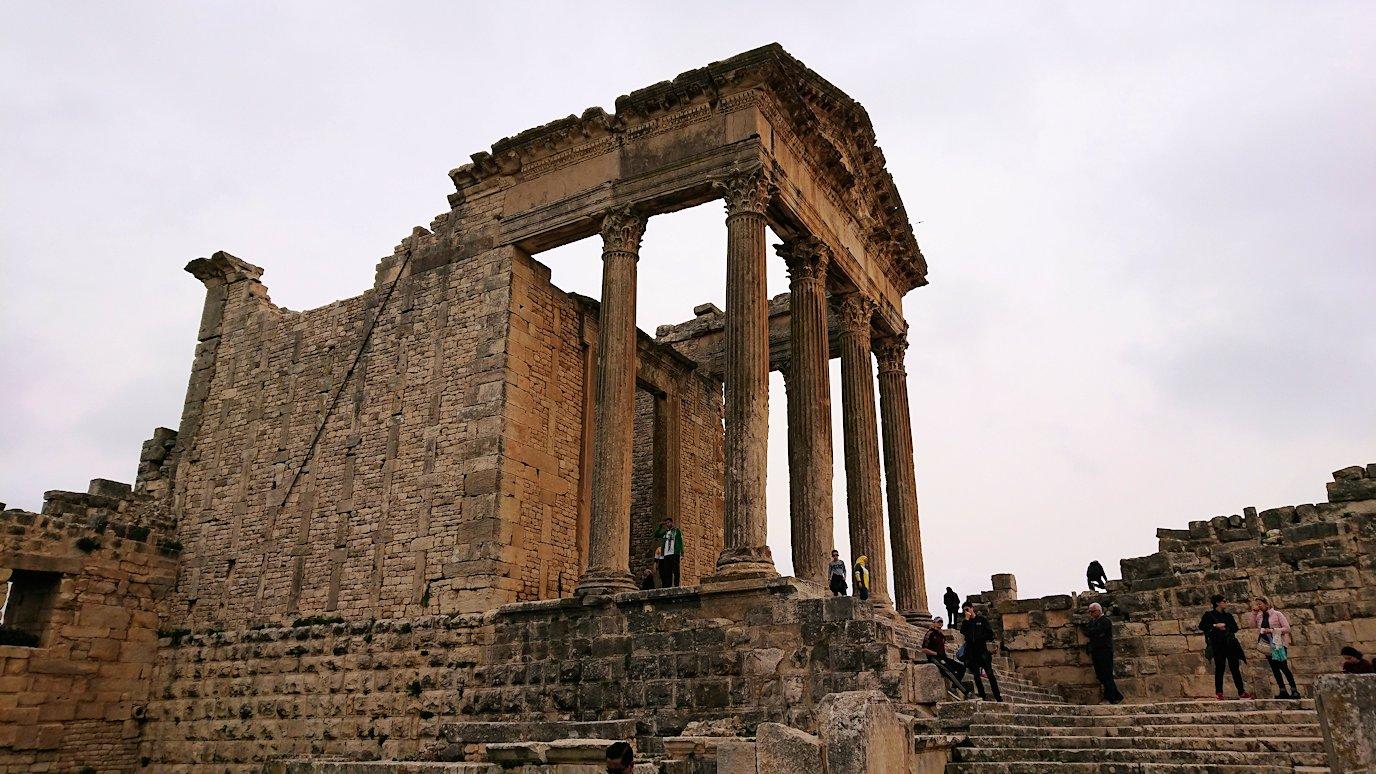 チュニジアのドゥッガ遺跡で奥に進んだ神殿近くで写真を撮る3