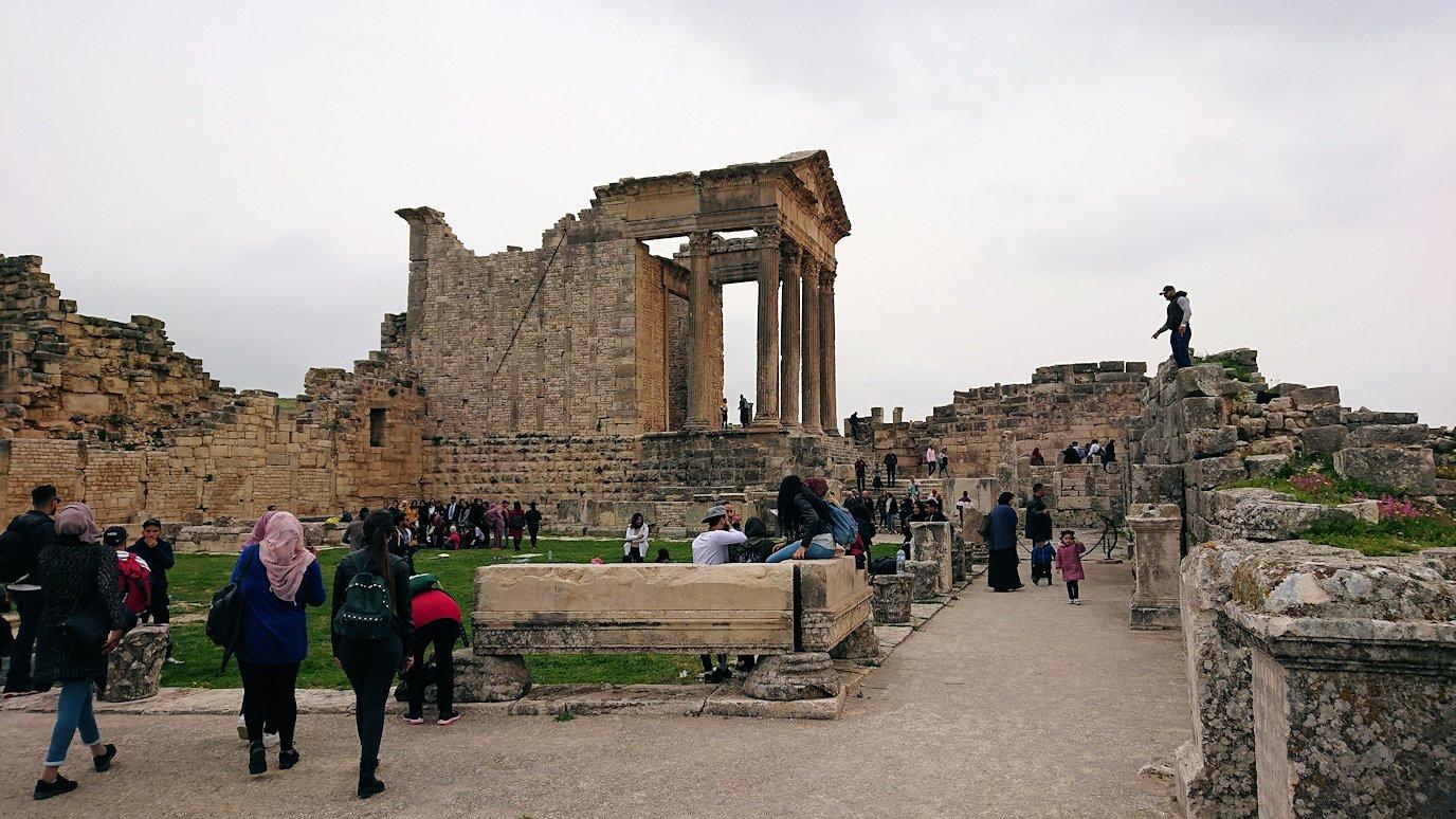 チュニジアのドゥッガ遺跡で奥に進んだ神殿近くで写真を撮る6