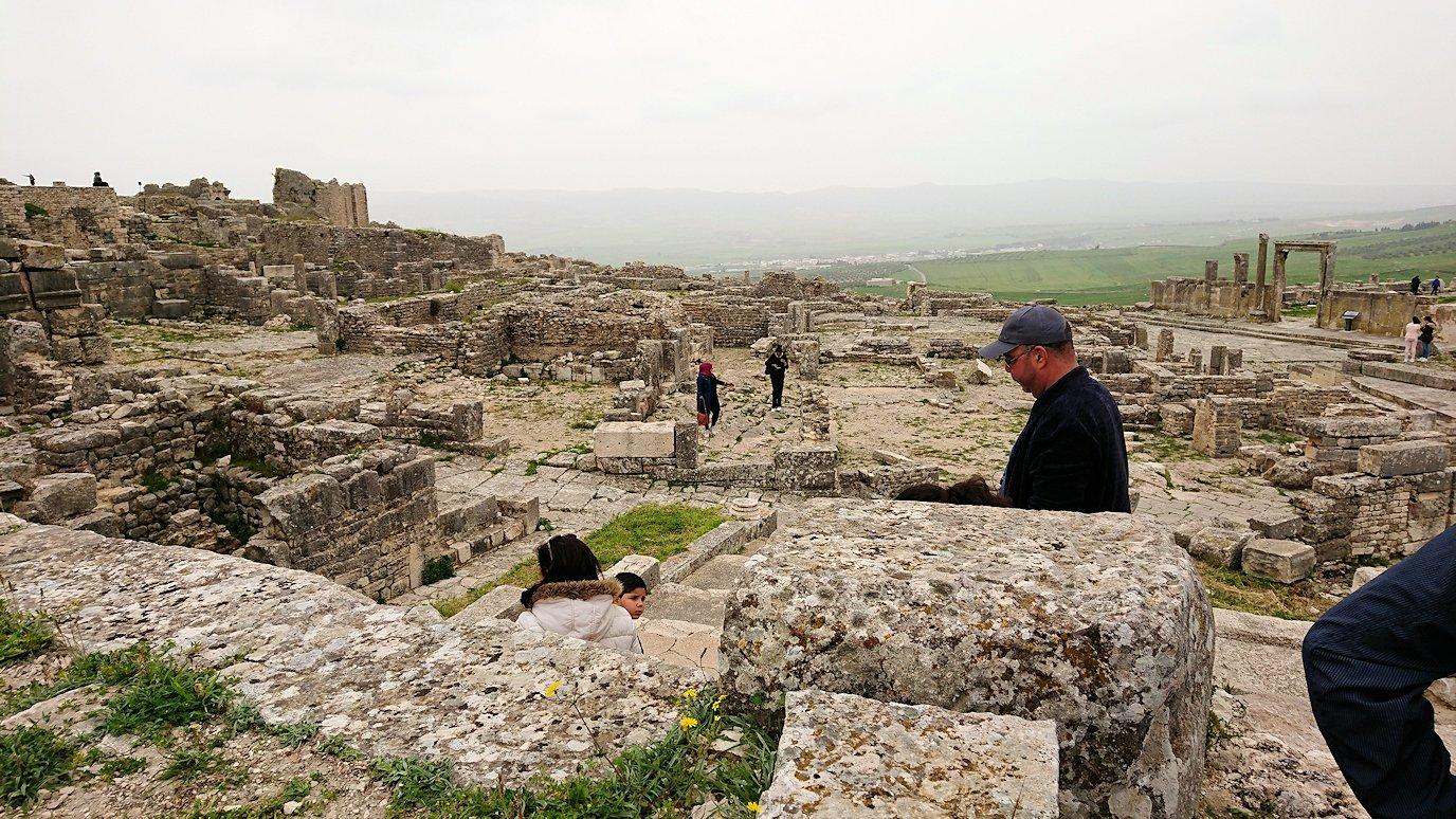 チュニジアのドゥッガ遺跡で奥に進んだ神殿近くで写真を撮る7