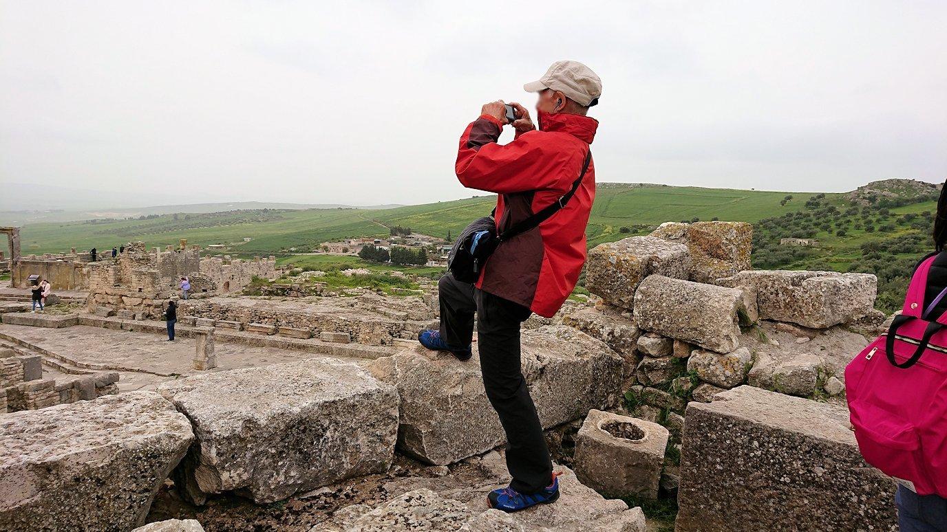 チュニジアのドゥッガ遺跡で奥に進んだ神殿近くで写真を撮る8