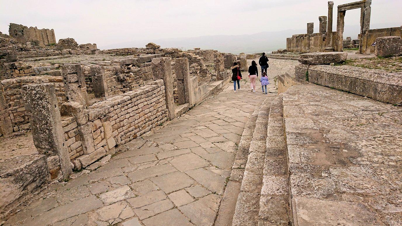 チュニジアのドゥッガ遺跡でどんどん進んで行きます1