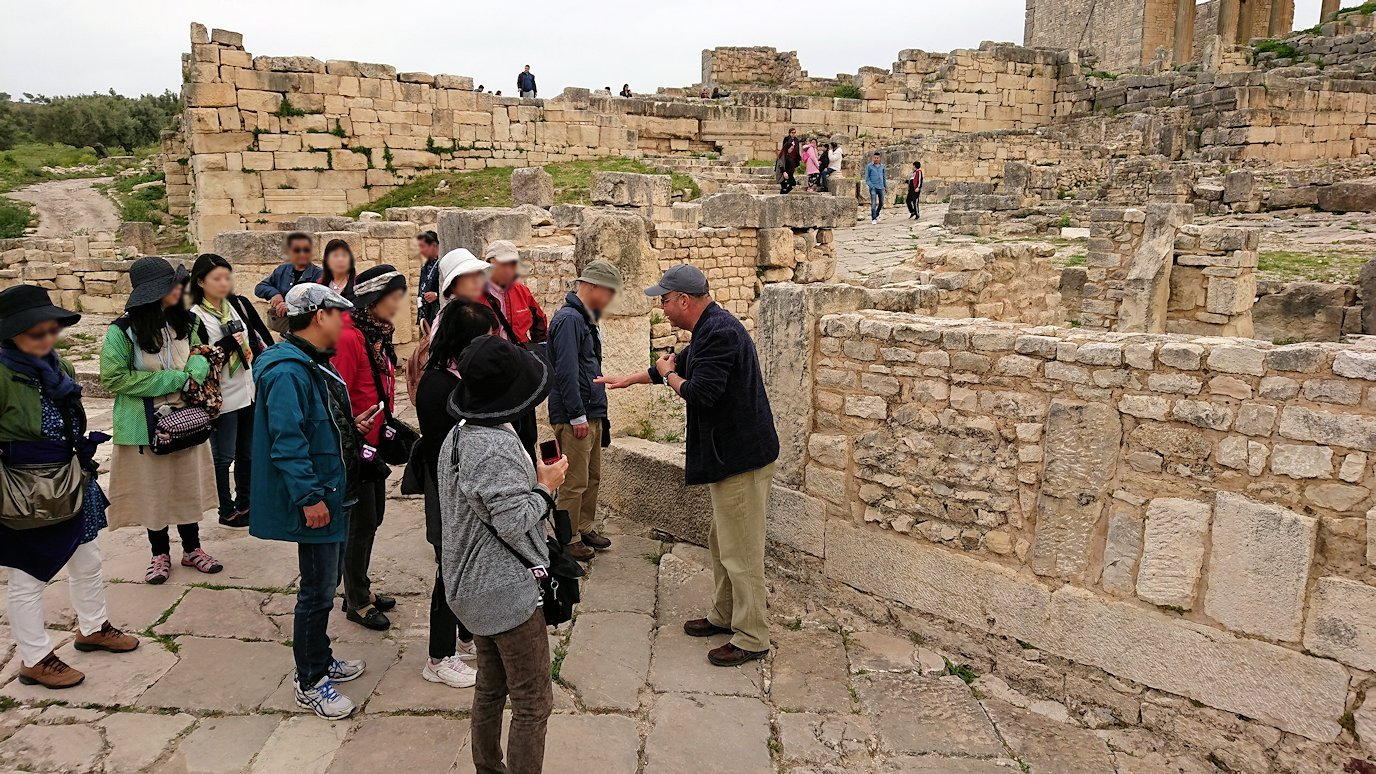 チュニジアのドゥッガ遺跡でどんどん進んで行きます2