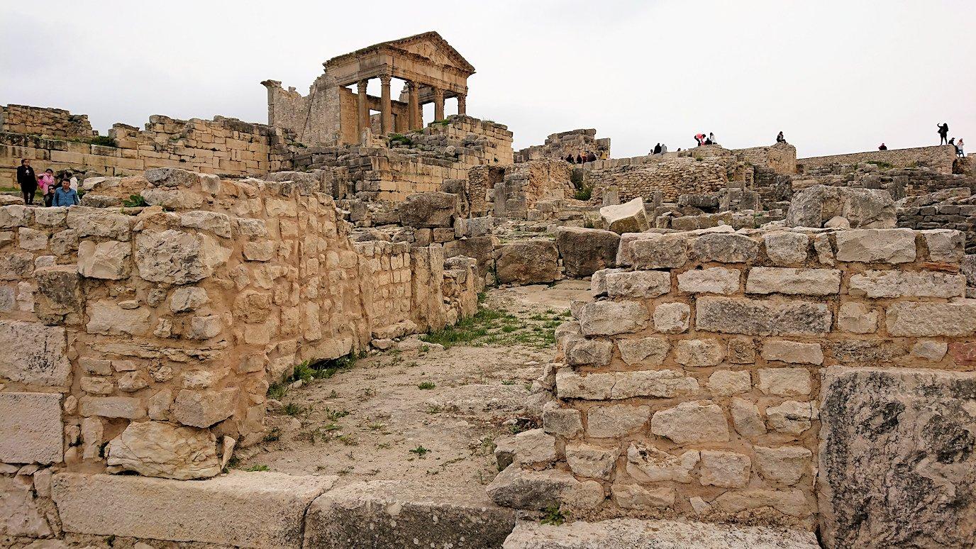 チュニジアのドゥッガ遺跡でどんどん進んで行きます3