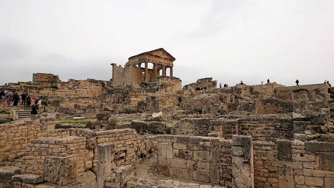 チュニジアのドゥッガ遺跡でどんどん進んで行きます7