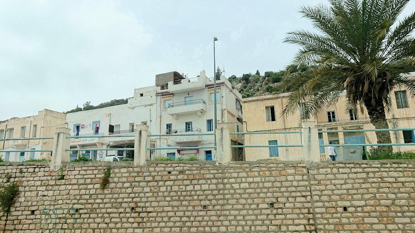 チュニジアのドゥッガ遺跡の見学を終えて近くのレストランに向かいます