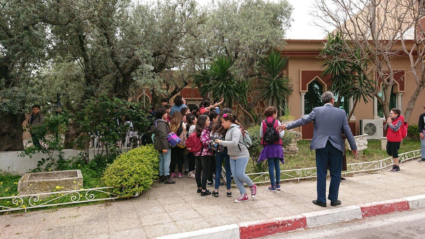 チュニジアのドゥッガ遺跡の見学を終えて近くのレストランに向かいます2
