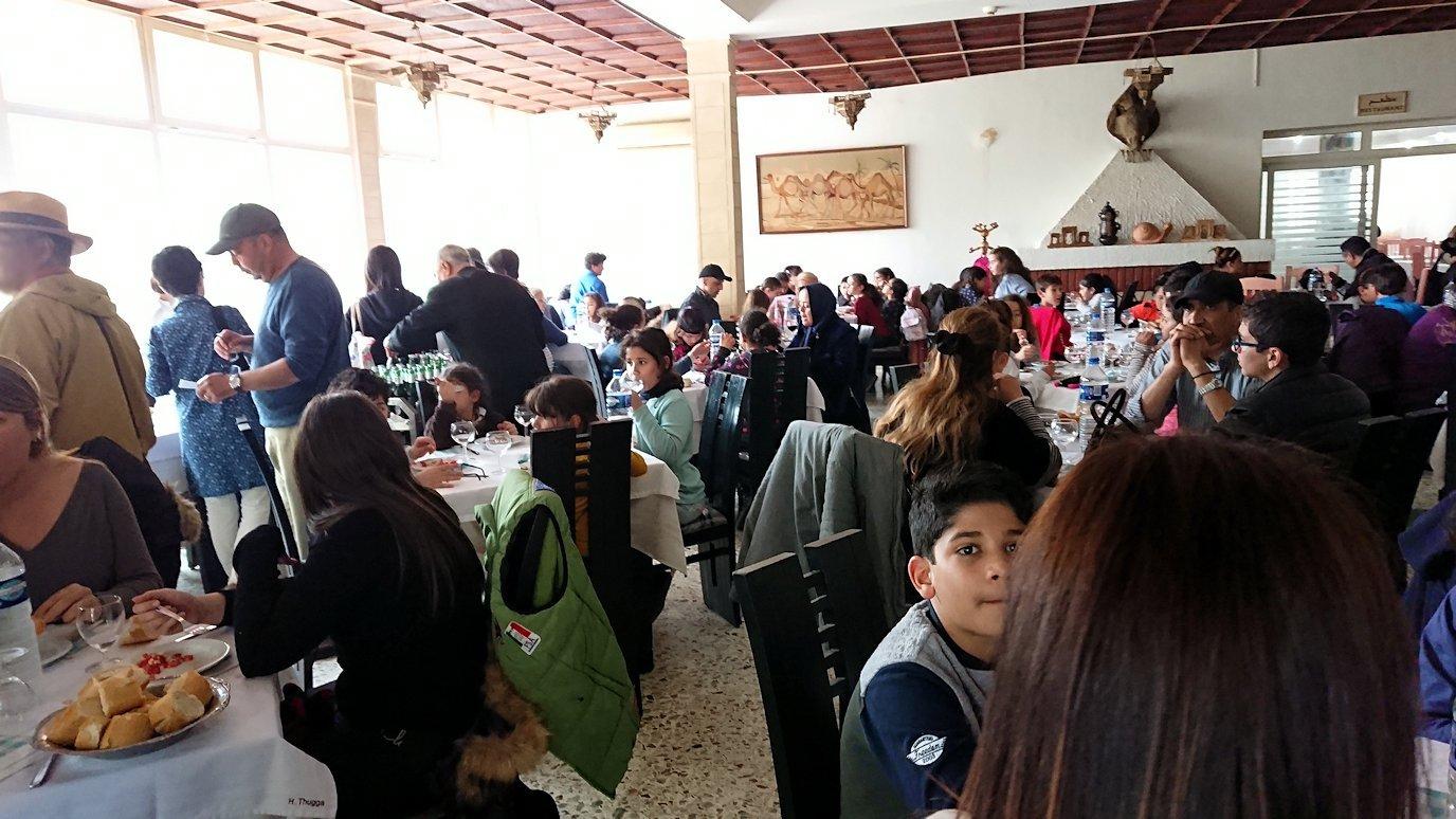 チュニジアのドゥッガ遺跡の見学を終えて近くのレストランに向かいます8