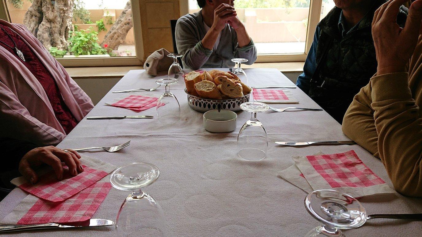 チュニジアのドゥッガのレストランで昼食を