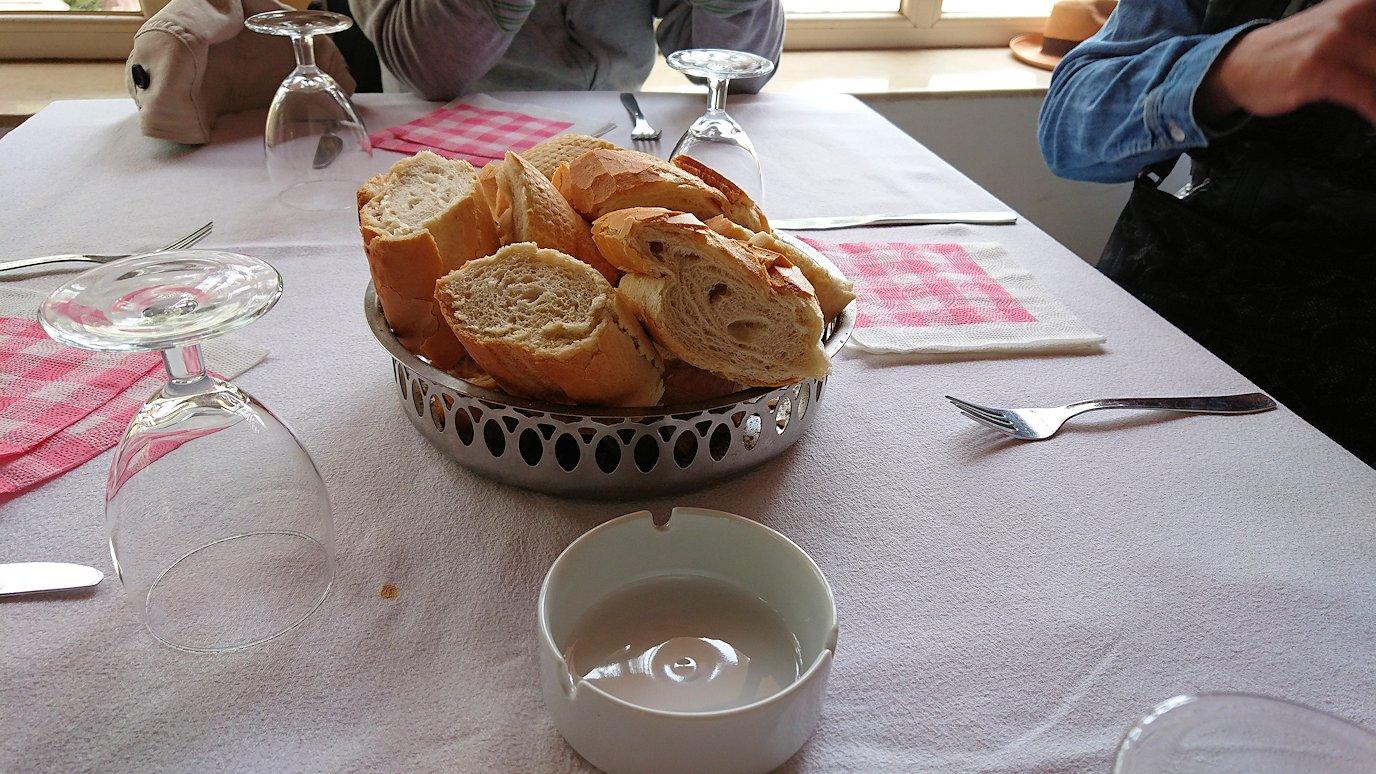 チュニジアのドゥッガのレストランで昼食を1
