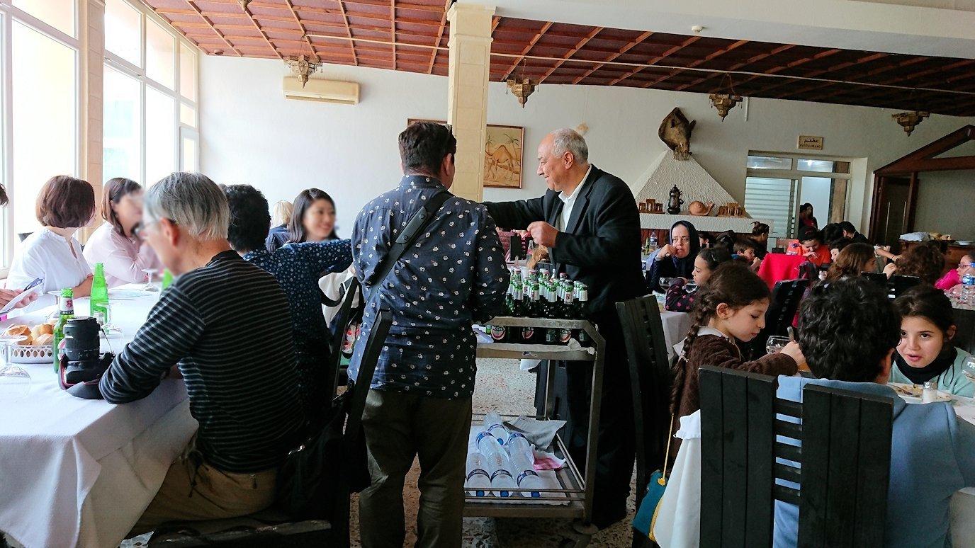チュニジアのドゥッガのレストランで昼食を2