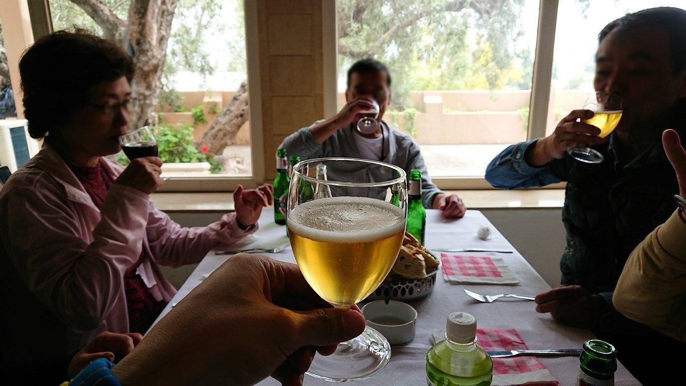 チュニジアのドゥッガのレストランで昼食を4