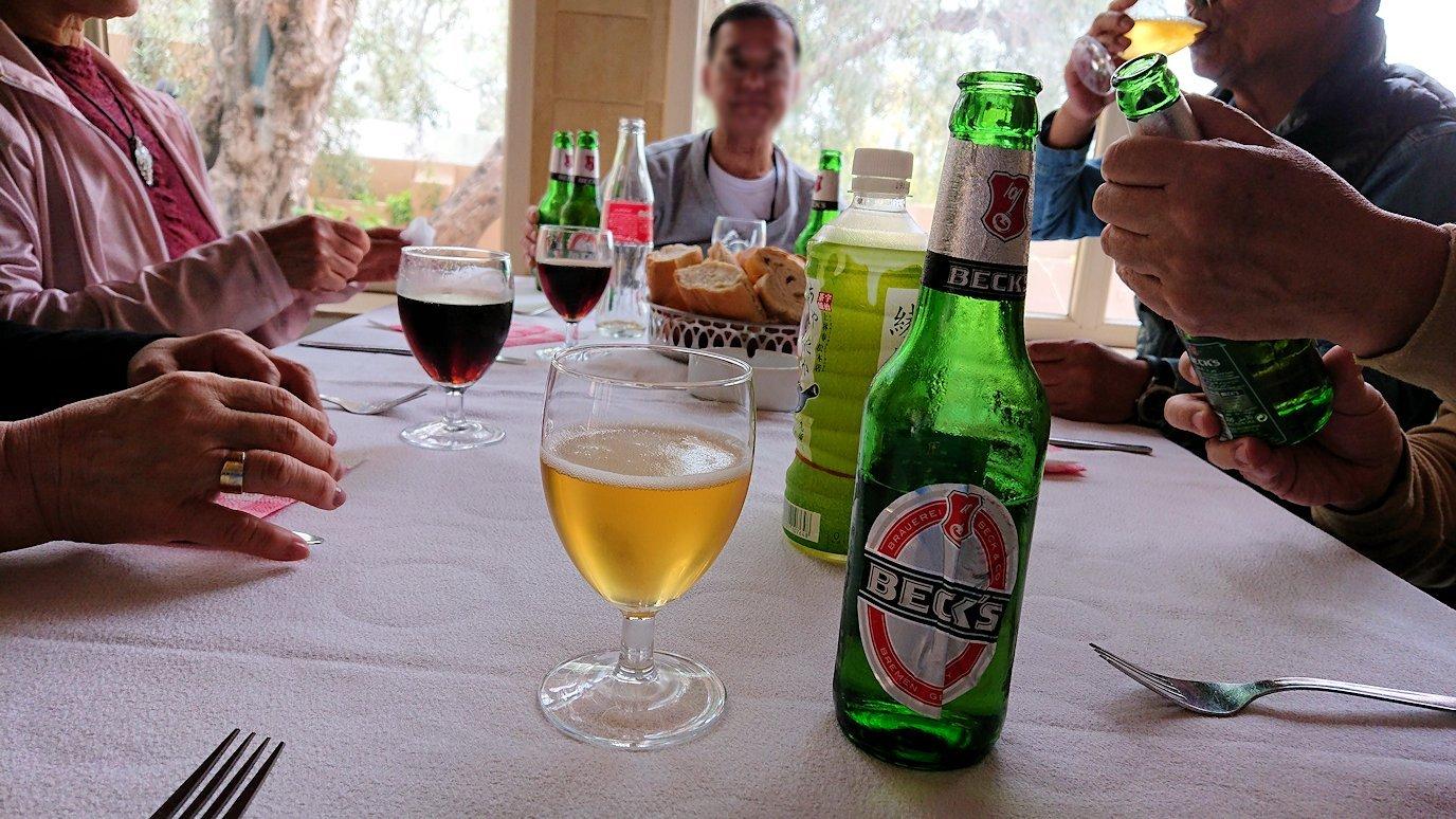チュニジアのドゥッガのレストランで昼食を5
