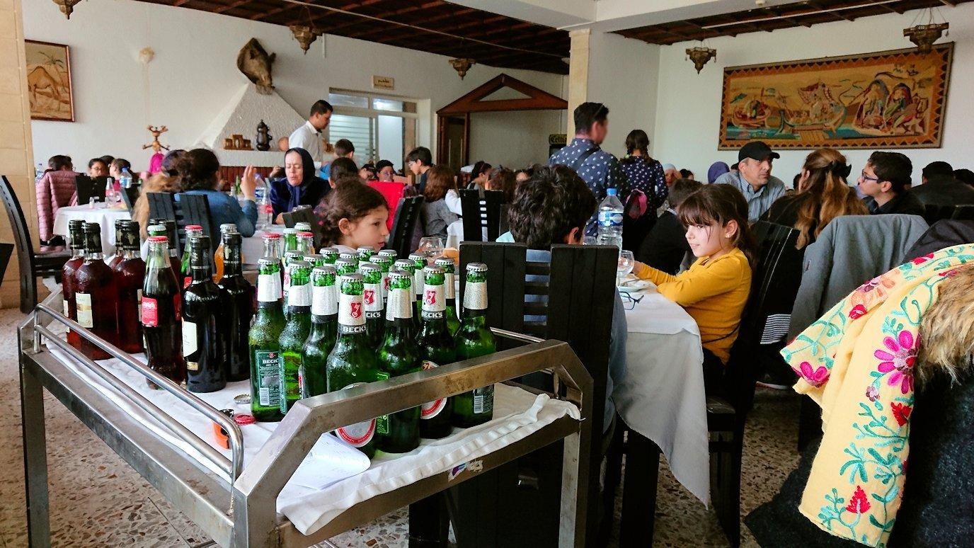 チュニジアのドゥッガのレストランで昼食を6