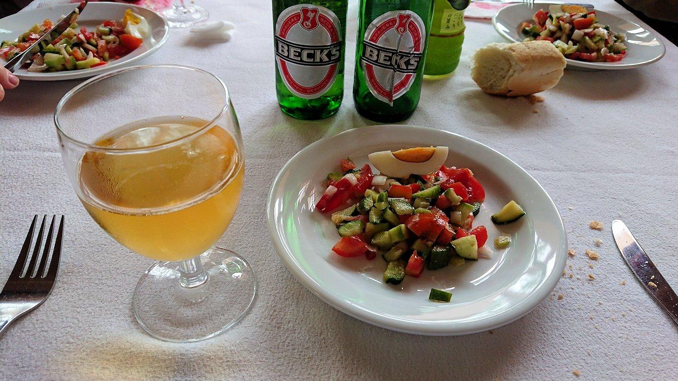 チュニジアのドゥッガのレストランで昼食を9