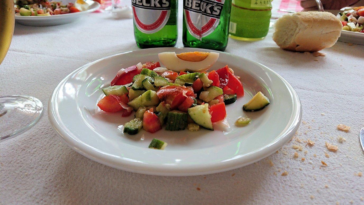 チュニジアのドゥッガのレストランで昼食を美味しくいただきます