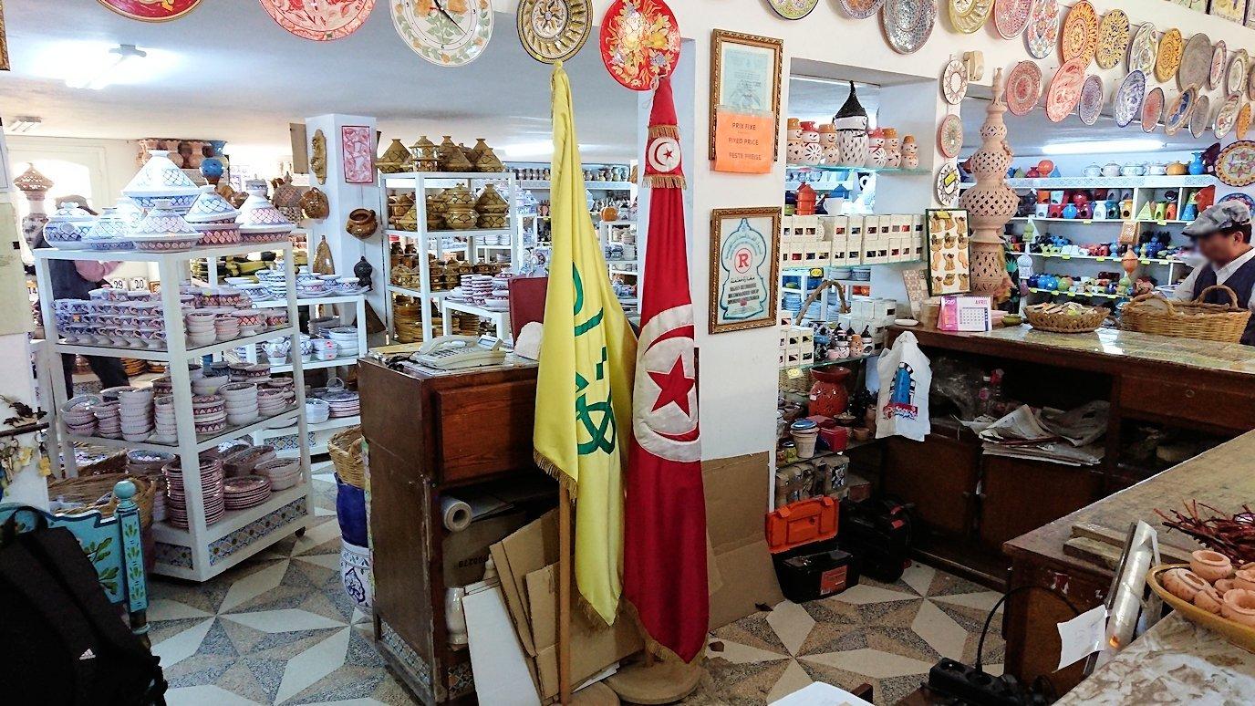 チュニジア:ナブールの街の陶器屋さんの店内を散策